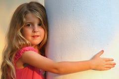 Mooi jong kind op witte kolom stock afbeeldingen
