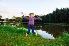 Mooi jong meisje belast met geschiktheid in aard Achtergrond Stock Foto