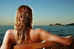 Mooi jong meisje bij het strand Stock Foto