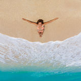 Mooi jong meisje in bikini op een tropisch strand Blauwe overzees binnen Stock Afbeelding