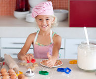 Mooi jong Meisje dat in de Keuken werkt Royalty-vrije Stock Afbeeldingen