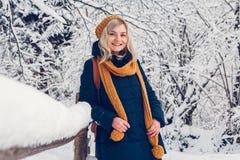 Mooi jong meisje in de gangen van een de winterpark in het de winterbos royalty-vrije stock afbeeldingen