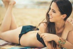 Mooi jong meisje in de rust van het bikinizwempak op het strand Royalty-vrije Stock Fotografie