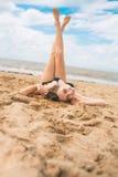Mooi jong meisje in de rust van het bikinizwempak op het strand Royalty-vrije Stock Foto's