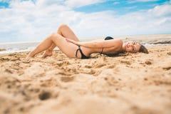 Mooi jong meisje in de rust van het bikinizwempak op het strand Royalty-vrije Stock Foto