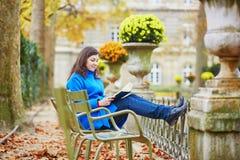 Mooi jong meisje in de tuin van Luxemburg van Parijs Royalty-vrije Stock Afbeeldingen