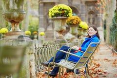 Mooi jong meisje in de tuin van Luxemburg van Parijs Stock Foto