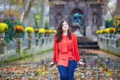 Mooi jong meisje in de tuin van Luxemburg van Parijs Stock Afbeeldingen