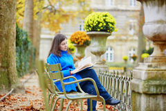 Mooi jong meisje in de tuin van Luxemburg van Parijs Stock Foto's