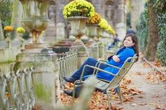 Mooi jong meisje in de tuin van Luxemburg van Parijs Royalty-vrije Stock Afbeelding