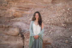 Mooi jong meisje die in de woestijn glimlachen Royalty-vrije Stock Afbeeldingen