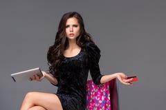 Mooi jong meisje die door creditcard betalen voor Royalty-vrije Stock Afbeeldingen