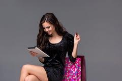 Mooi jong meisje die door creditcard betalen voor Royalty-vrije Stock Foto's