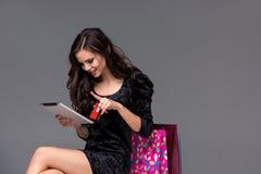 Mooi jong meisje die door creditcard betalen voor Stock Fotografie