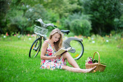 Mooi jong meisje die een boek in park lezen royalty-vrije stock afbeeldingen