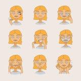Mooi jong meisje die haar huid en gezicht behandelen Hand getrokken blondevrouw met glimlach op gezicht, rimpels, zwarte punten C Stock Afbeeldingen