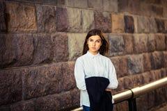 Mooi jong meisje die hipster bevinden zich Royalty-vrije Stock Foto