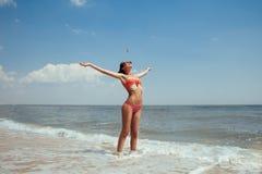 Mooi jong meisje die met zeemeeuwen op het overzees vliegen Royalty-vrije Stock Foto's