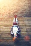 Mooi jong meisje die op een pijler op de eerste dag die van de zomer rusten tablet steunen Royalty-vrije Stock Foto's
