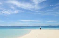 Mooi jong meisje die op tropisch strand lopen stock afbeelding