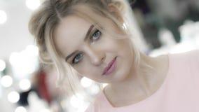 Mooi jong meisje die in roze kleding met professionele make-up camera bekijken royalty-vrije stock foto