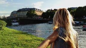 Mooi jong meisje die selfie bij zonsondergang en blazende kus nemen 4K stock videobeelden