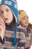 Mooi jong meisje die in warme de winterkleren op mobiel spreken Royalty-vrije Stock Foto