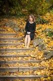 Mooi jong meisje in een de herfstpark Stock Afbeeldingen