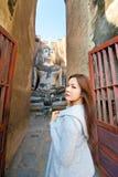 Mooi jong meisje en grote Boedha Stock Afbeeldingen