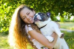 Mooi jong meisje en haar hond Royalty-vrije Stock Foto's