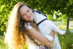 Mooi jong meisje en haar hond Royalty-vrije Stock Afbeeldingen