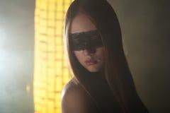 Mooi jong meisje in het masker stock foto's