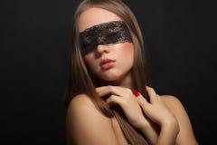 Mooi jong meisje in het masker stock foto