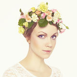 Mooi jong meisje met bloemen Royalty-vrije Stock Foto's