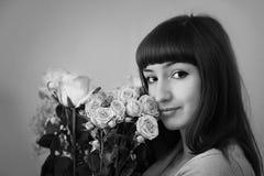 Mooi jong meisje met bloemen Stock Afbeelding