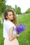 Mooi jong meisje met een boeket van bloemen Stock Fotografie