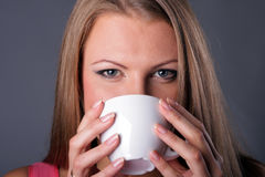 Mooi jong meisje met een koffiekop Royalty-vrije Stock Fotografie