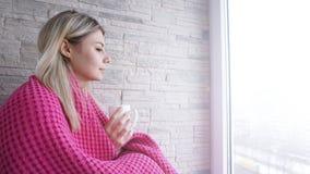 Mooi jong meisje met een kop van koffie Jonge vrouw op balkon royalty-vrije stock afbeeldingen