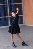 Mooi jong meisje met heel wat pakketten bij de afzet van royalty-vrije stock fotografie