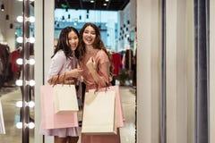 Mooi jong meisje met het winkelen zakken Stock Foto