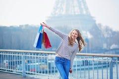 Mooi jong meisje met het winkelen zakken in Parijs stock fotografie