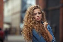 Mooi jong meisje met krullend haar royalty-vrije stock afbeeldingen
