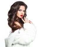 Mooi jong meisje met lang kapsel krullend haar en rode lippen stock afbeelding
