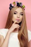 Mooi jong meisje met lang recht natuurlijk haar met de hoofdband van de heldere bloem royalty-vrije stock foto