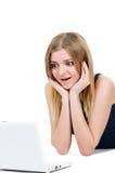 Mooi jong meisje met laptop verrassing Stock Afbeelding