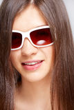 Mooi jong meisje met manierzonnebril stock foto's