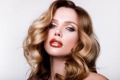 Mooi jong meisje met oranje lippen Stock Afbeelding