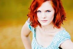 Mooi jong meisje met rood haar Stock Afbeelding