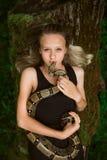 Mooi jong meisje met slang stock foto's