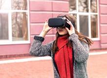 Mooi jong meisje met virtuele werkelijkheidshoofdtelefoon of 3d glazen Royalty-vrije Stock Foto's